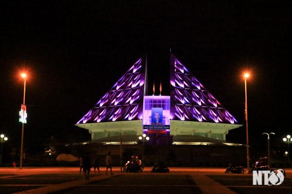 Nhà Bảo Tàng Tỉnh Được Thiết Kế Hiện Đại Gắn Đèn Đổi Màu Tự Động, Rất Đẹp  Trên Đường 16 Tháng 4 (Tp. Phan Rang-Tháp Chàm).