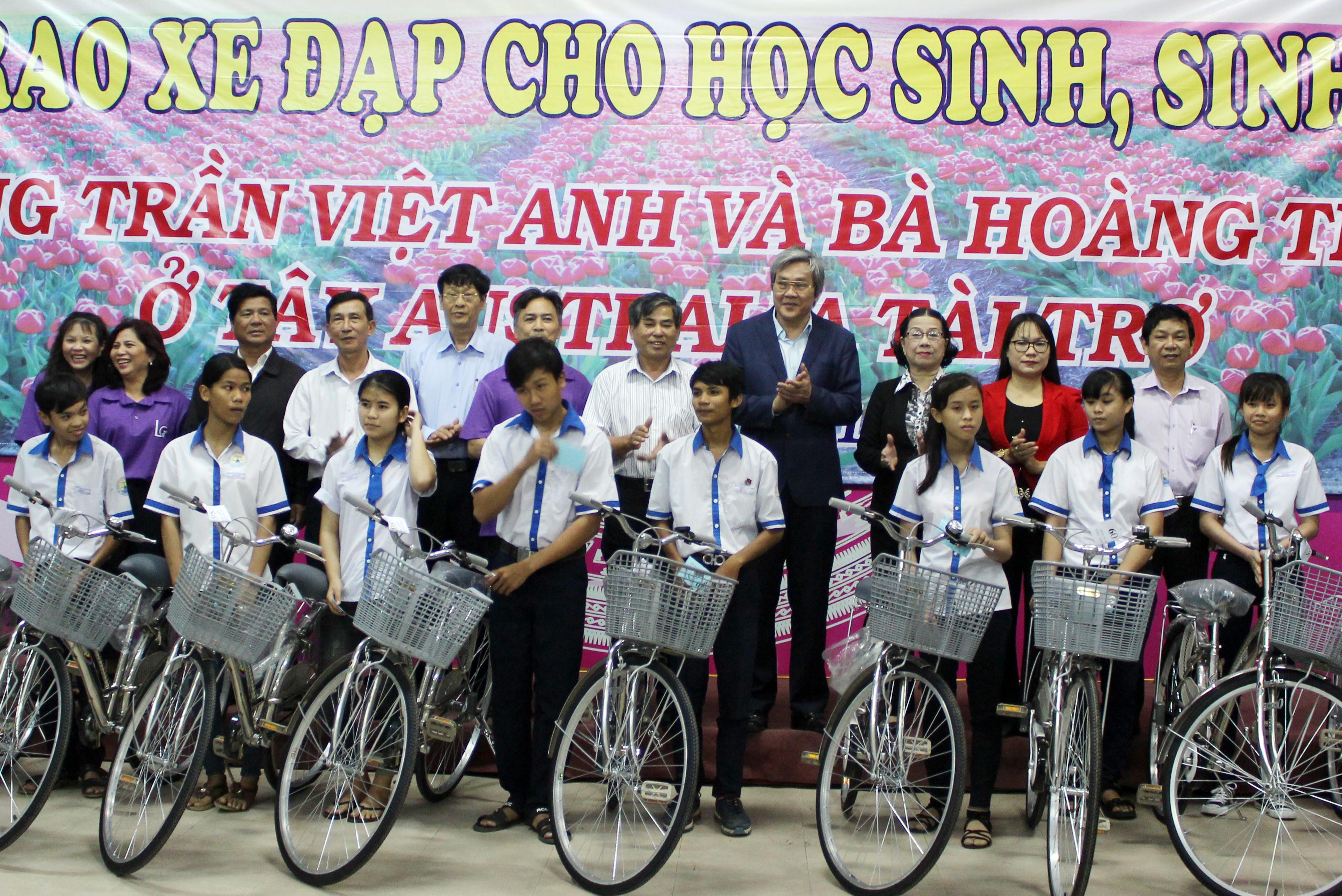 Hội Khuyến học tỉnh: Trao xe đạp cho học sinh, sinh viên nghèo hiếu học