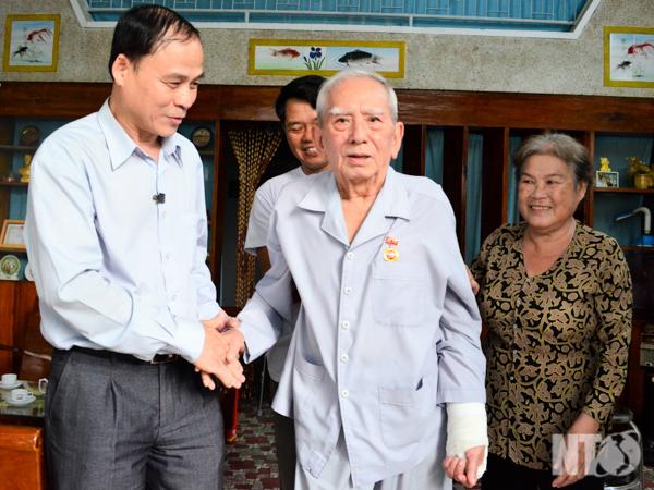 Thành ủy Phan Rang-Tháp Chàm: Trao tặng Huy hiệu 70 năm tuổi Đảng cho đồng  chí Nguyễn Trung Hậu, Nguyên Bí thư Tỉnh ủy