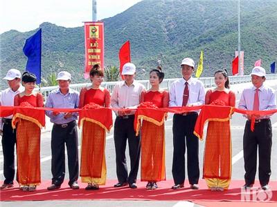 Các đồng chí lãnh đạo tỉnh dự khánh thành cầu Ninh Chử