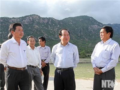 Đồng chí Lưu Xuân Vĩnh, Chủ tịch UBND tỉnh kiểm tra tình hình hạn hán tại huyện Thuận Bắc