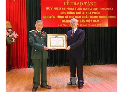 Tổng Bí thư Nguyễn Phú Trọng trao tặng Huy hiệu 65 năm tuổi Đảng cho đồng chí Lê Khả Phiêu