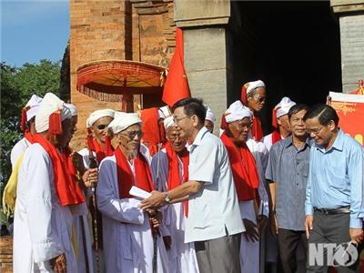 Các đồng chí lãnh đạo tỉnh dự lễ hội Katé và đi thăm một số cán bộ, gia đình người Chăm tiêu biểu