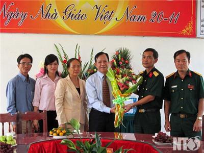 Đồng chí Trần Minh Lực, Phó Chủ tịch HĐND tỉnh thăm, chúc mừng Ngày Nhà giáo Việt Nam