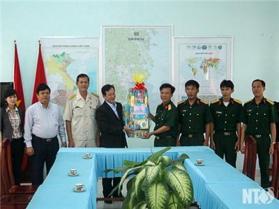 Đồng chí Trần Minh Lực, Phó Chủ tịch HĐND tỉnh thăm, chúc mừng Ngày thành lập Quân đội nhân dân Việt Nam