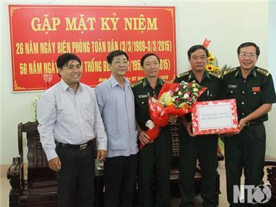 Đồng chí Nguyễn Xuân Thủy, Thường trực tỉnh ủy chúc mừng BCH Bộ đội Biên phòng tỉnh nhân ngày truyền thống