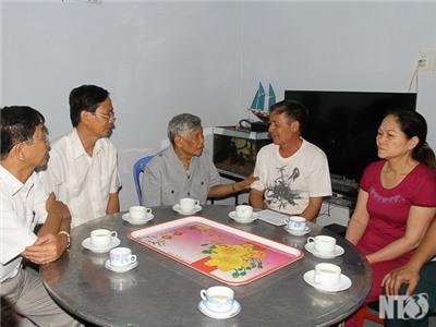 Nguyên Tổng Bí thư Lê Khả Phiêu và lãnh đạo Tỉnh ủy đến thăm gia đình phi công Nguyễn Anh Tú