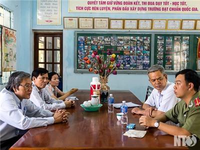 Đồng chí Lê Văn Bình, Phó Chủ tịch UBND tỉnh kiểm tra công tác coi thi Kỳ thi THPT Quốc gia 2015