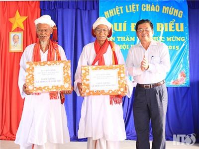 Đồng chí Lưu Xuân Vĩnh, Chủ tịch UBND tỉnh đi thăm nhân dịp Lễ hội Katê 2015