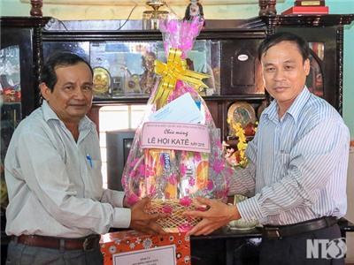 Đồng chí Nguyễn Bắc Việt, Phó Bí thư Tỉnh ủy thăm và chúc mừng nhân Lễ hội Katê 2015