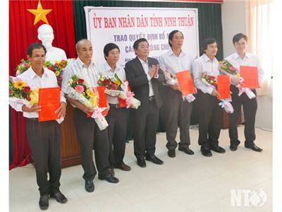 Đồng chí Lưu Xuân Vĩnh, Chủ tịch UBND tỉnh trao quyết định bổ nhiệm nhân sự mới