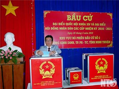 Đồng chí Lưu Xuân Vĩnh, Chủ tịch UBND tỉnh bỏ lá phiếu đầu tiên tại khu vực bỏ phiếu số 2, phường Kinh Dinh