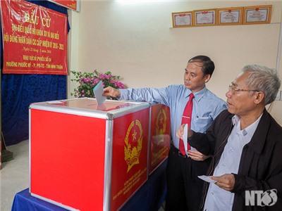Đồng chí Nguyễn Bắc Việt, Phó Bí thư Thường trực Tỉnh ủy dự lễ khai mạc và bỏ phiếu bầu cử