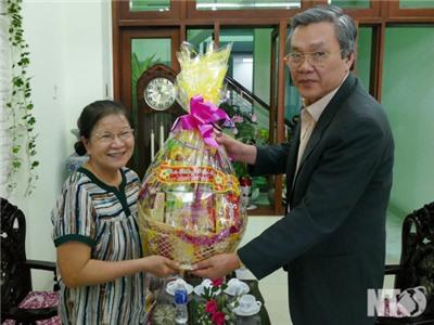 Đồng chí Lê Văn Bình, Phó Chủ tịch UBND tỉnh thăm, chúc Tết một số đồng chí cán bộ hưu trí cao cấp và cá nhân tiêu biểu