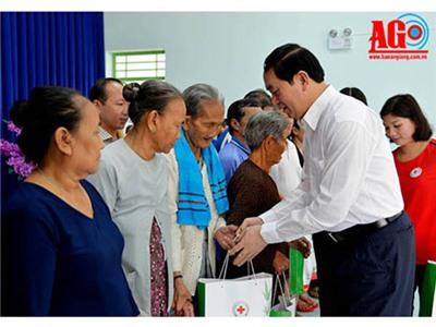Chủ tịch nước thăm gia đình chính sách, hộ nghèo tỉnh An Giang
