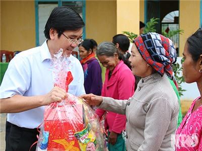 Đồng chí Phạm Văn Hậu, Phó Chủ tịch UBND tỉnh đi thăm, chúc Tết, tặng quà cho hộ nghèo, đồng bào dân tộc thiểu số