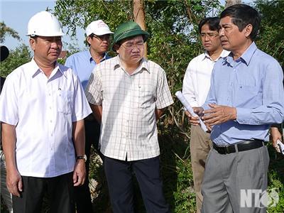 Đồng chí Trần Quốc Nam, Phó Chủ tịch UBND tỉnh kiểm tra dự án cải tạo tuyến đê bờ Bắc sông Dinh