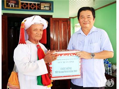 Đồng chí Lưu Xuân Vĩnh, Chủ tịch UBND tỉnh thăm, chúc mừng Ramưwan