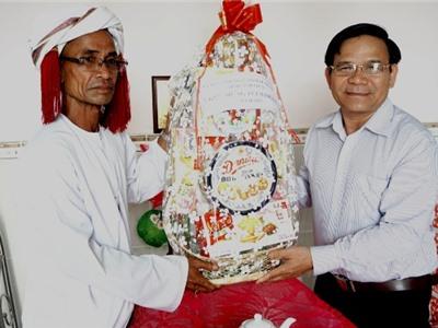 Đồng chí Phan Hữu Đức, Chủ tịch Ủy ban MTTQ Việt Nam tỉnh thăm, chúc mừng Ramưwan 2017
