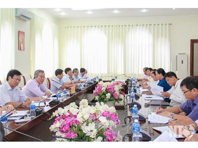 Đồng chí Lê Văn Bình, Phó Chủ tịch UBND tỉnh chủ trì cuộc họp thông qua nội dung Dự thảo Quy định phát triển du lịch