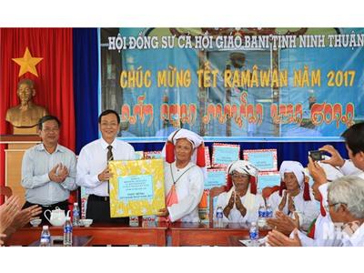 Đồng chí Nguyễn Đức Thanh, Ủy viên Trung ương Đảng, Bí thư Tỉnh ủy thăm, chúc mừng Ramưwan