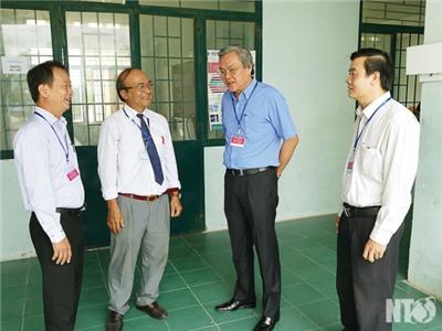 Đồng chí Lê Văn Bình, Phó Chủ tịch UBND tỉnh kiểm tra các điểm thi Kỳ thi THPT quốc gia 2017