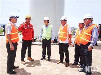 Đồng chí Lưu Xuân Vĩnh, Chủ tịch UBND tỉnh tham quan công trường lắp đặt nhà máy điện gió Đầm Nại