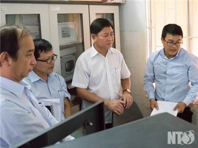 Đồng chí Trần Quốc Nam, Phó Chủ tịch UBND tỉnh kiểm tra tình hình khắc phục cảnh báo của Ủy ban Châu Âu