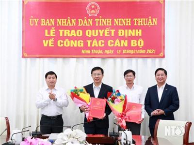 UBND tỉnh: Trao quyết định về công tác cán bộ