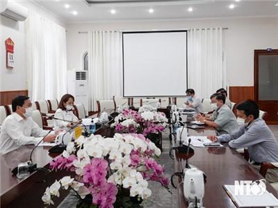 Đồng chí Phan Tấn Cảnh, UVTV Tỉnh ủy, Phó Chủ tịch UBND tỉnh chủ trì cuộc họp nghe báo cáo tình hình thực hiện nhiệm vụ thuộc lĩnh vực: Kế hoạch và Đầu tư; Tài chính; Công Thương; Xây dựng; Giao thông vận tải và các khu công nghiệp.