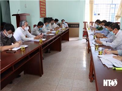 Đồng chí Lê Văn Bình, UVTV Tỉnh ủy, Chủ tịch Ủy ban MTTQ Việt Nam tỉnh làm việc với Thường trực Đảng ủy phường Phước Mỹ về tuyên truyền, vận động các hộ dân đồng thuận bàn giao mặt bằng triển khai dự án